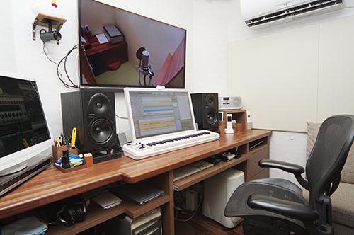 防音スタジオ  モニターに映したボーカルブースと、細かいやり取りを行いながら録音ができる